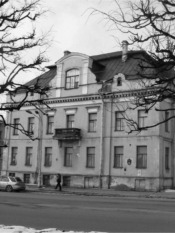 Ил. 3. Здание Музея-института семьи Рерихов на углу 18-й линии и набережной Лейтенанта Шмидта. 21 марта 2004