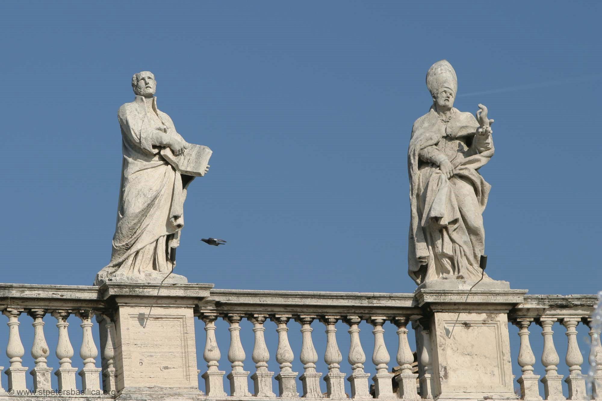 Святые северной Колоннады Ватикана Игнатий Лойола (слева) и Ремигий.  Скульптор - Филиппо Каркани. Высота скульптуры - 3,1 метра.