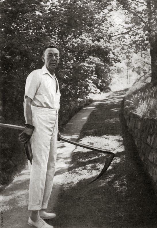С косой за работой в саду в имении «Сенар». Август 1938г.