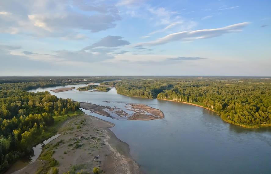 Слияние Бии и Катуни является одной из достопримечательностей Смоленского района в Алтайском крае. Два потока рек встречаются неподалеку от села Верх-Обского у Иконникова острова.