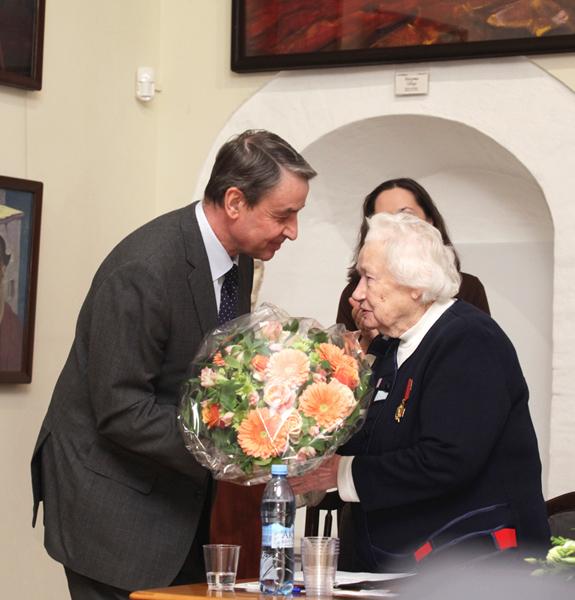 Министр культуры А.А. Авдеев поздравляет Л.В. Шапошникову с заслуженной наградой