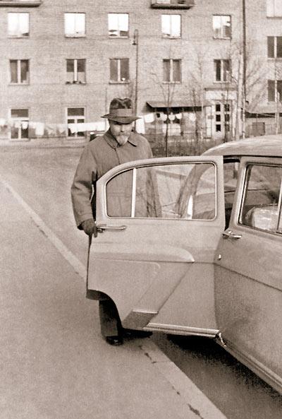 Ю.Н. Рерих во дворе своего дома. Москва. 1957