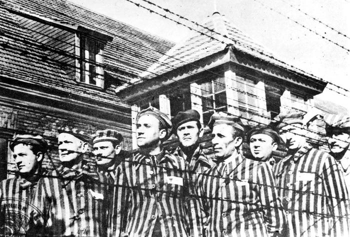 А уже осенью 1941 года в Освенциме появились первые советские военнопленные.